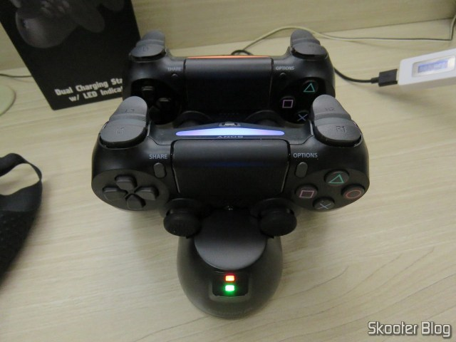 Fosmon PS4 Dual Charging Station, operation, carrying two DualShock 4: one is ready.