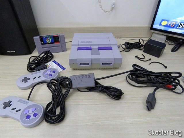 Super Nintendo e seus acessórios, após desembalados.