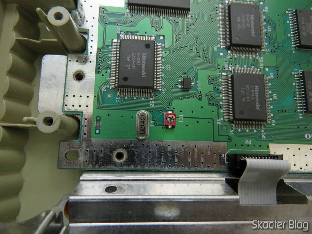 Super Nintendo Original NTSC PCB SHVC-CPU-01 CPU/PPU1/PPU2 1/1/1 por dentro: cristal oscilador e capacitor variável.