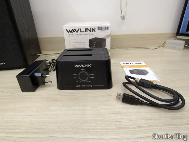 "Wavlink USB 3.0 Dual Bay Docking Station para HDDs e SSDs de 2.5"" e 3.5"", and accessories."