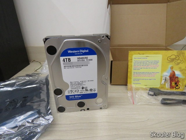 HDD Western Digital Blue 4TB WD40EZRZ, with packaging and extras.