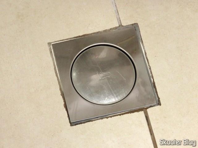 Ralo Inteligente Click Banheiro 15x15 cm Inox c/ Veda Cheiro.Ralo Inteligente Click Banheiro 15x15 cm Inox c/ Veda Cheiro, instalado, fechado.