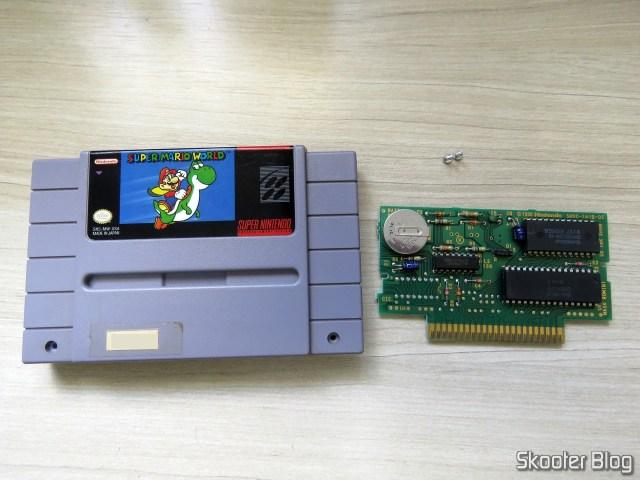 Cartucho Super Mario World e sua placa, com o CIC faltando.