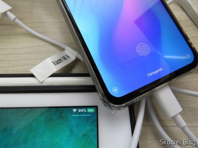 iPad e Xiaomi Mi 9, sendo carregadores simultaneamente pelo Fosmon 2 Port USB Charger C-10735US.