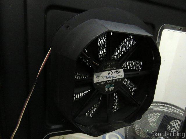 Ventilador na lateral do gabinete, com acessório para direcionar o vento que precisou ser removido.
