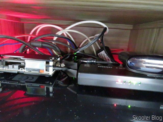 Switch HDMI 2.0 4K Vention Bi-Direcional 2 entradas 1 saída ou 1 entrada 2 saídas, em funcionamento.