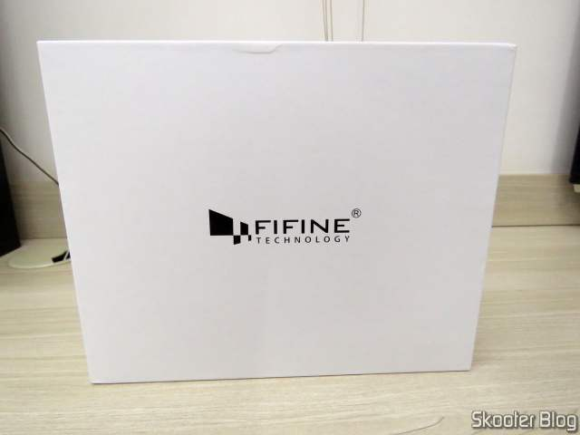 Microfone Fifine Technology K670, on its packaging.