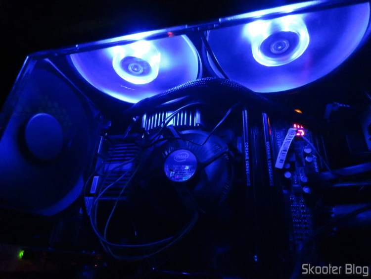 O gabinete Carbide Series 100R, with all the fans installed.
