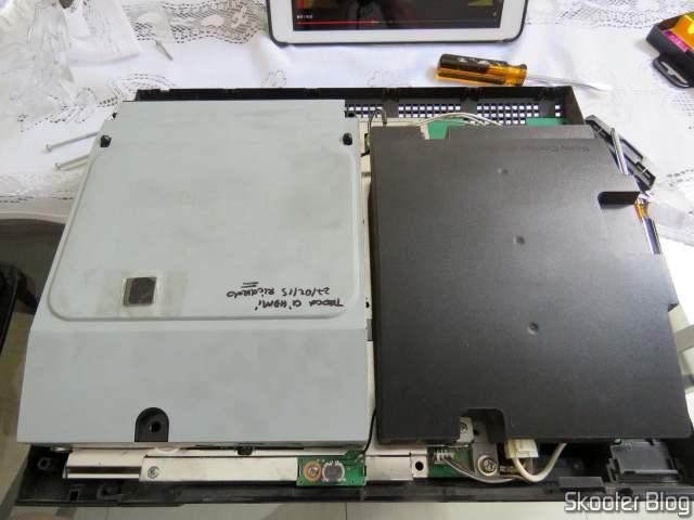Meu PlayStation 3 com o chip HDMI defeituoso, trocado pelo técnico, colado sobre o drive de blu-ray, com nome do técnico e data do serviço.
