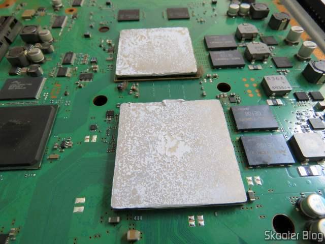Pasta térmica seca na CPU e na GPU.