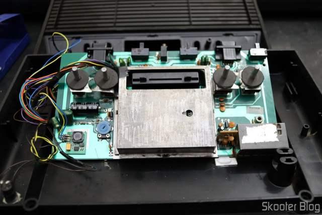 Terminando a montagem do Atari 2600.
