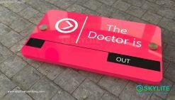 door_sign_6-25x11_painted_versaboard_doctor_in_out00002