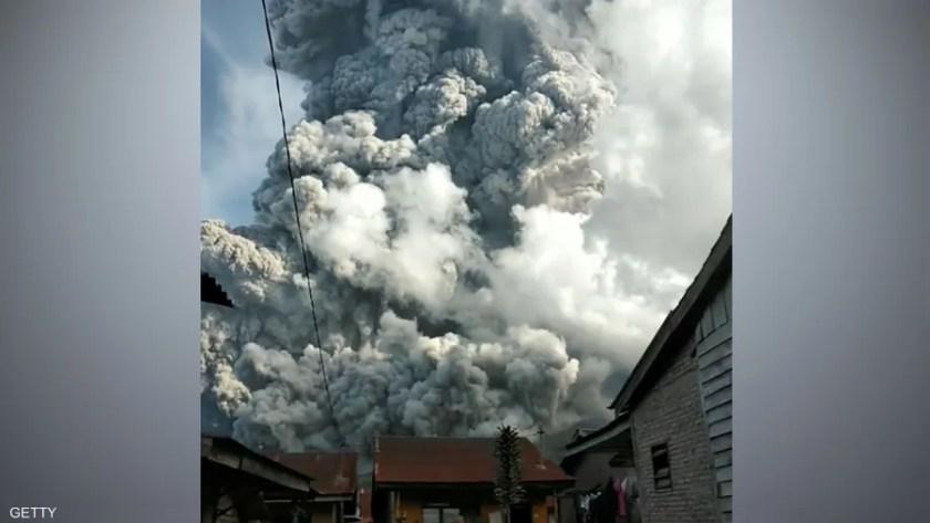 ثار بركان جبل سينابونغ، لمدة 9 دقائق تقريبا، قبل أيام.
