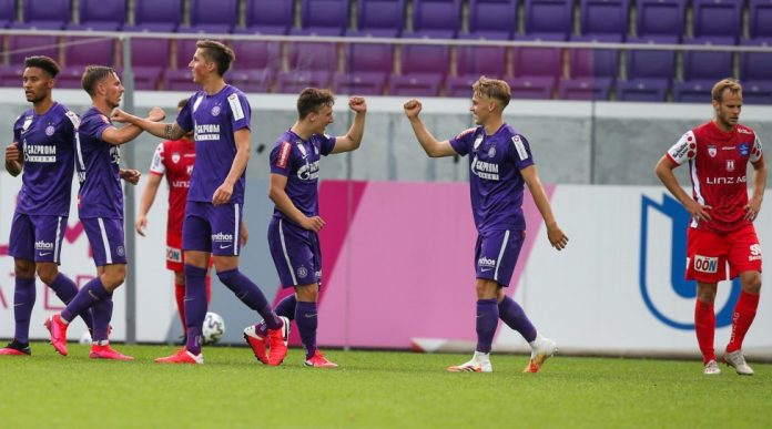 VIENNA,AUSTRIA,05.JUN.20 - SOCCER - HPYBET 2nd League, Young Violets Austria Wien vs FC Blau Weiss Linz. Image shows the rejoicing of Niels Hahn (Young Violets) and his team. Photo: GEPA pictures/ David Bitzan