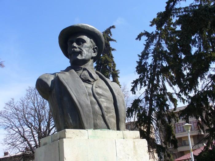 Bustul lui Ion Luca Caragiale din Ploiesti, monumente si statui Prahova,  Sky Trip