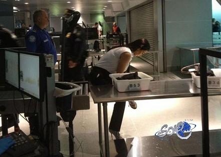أمن مطار جون كينيدي يجبر كيم كارداشيان على خلع حذائها
