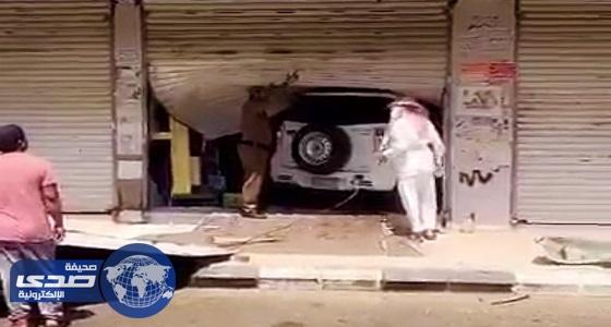 بالفيديو والصور.. طالب يقتحم بسيارته محلًا تجاريًا بالخرمة