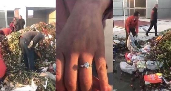 بالفيديو.. العثور على خاتم ألماس وسط 18 طن قمامة