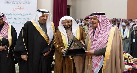 بالصور.. منح الأمير مشاري بن سعود جائزة الباحة للإبداع والتفوق