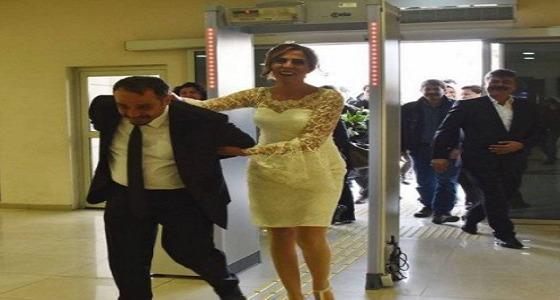 على غرار مهنتهما .. عروس تركية تقيد زوجها لعقد القران