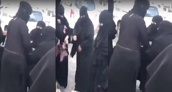 """بالفيديو.. حراس أمن جامعة """" الطائف """" يشتبكون مع مسنة تبيع الطعام للطلاب"""