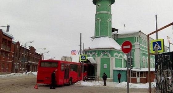 حافلة تقتحم مسجدًا في روسيا