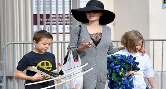 """أنجلينا جولي تتخفى أسفل قبعة في سوق """" البرغوث """""""