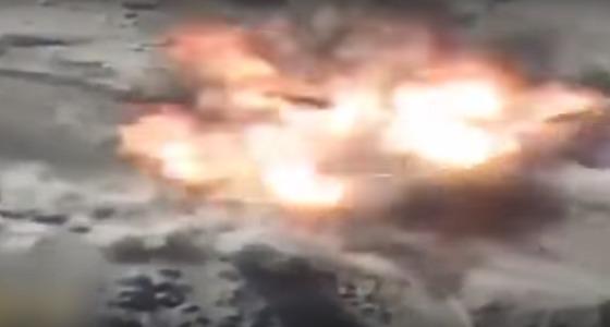 بالفيديو.. لحظة استهداف مقاتلات التحالف لعناصر حوثية إرهابية بالقرب من الحدود