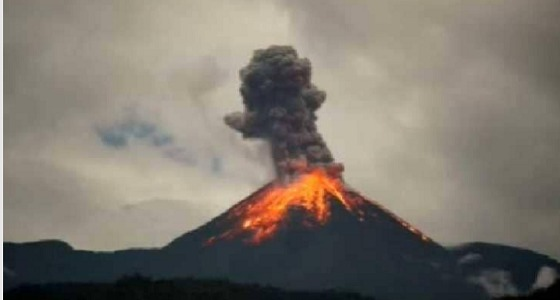 """بالفيديو.. ثوران بركان """" المشاكس """" في الإكوادور"""