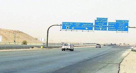 """مساعدة شخص وعائلته بعد تعطل سيارتهم بطريق """" الطائف_الرياض """""""