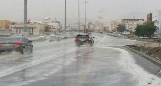 استمرار هطول الأمطار مصحوبة برياح سطحية على مناطق بالمملكة