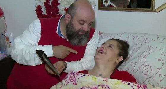 بالفيديو.. الحب والتضحية دواء لبناني وزوجته المريضة