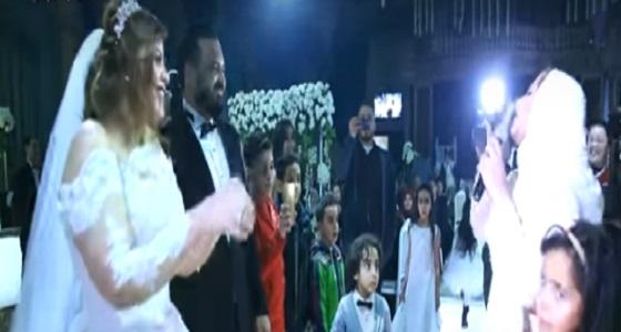 بالفيديو.. فتاة تفاجأ شقيقتها بفعل غير متوقع في حفل زفافها