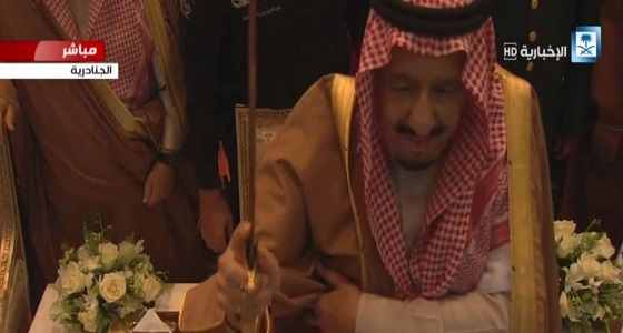 """بالصور.. خادم الحرمين يشارك زوار """" الجنادرية 32 """" بأداء العرضة السعودية"""