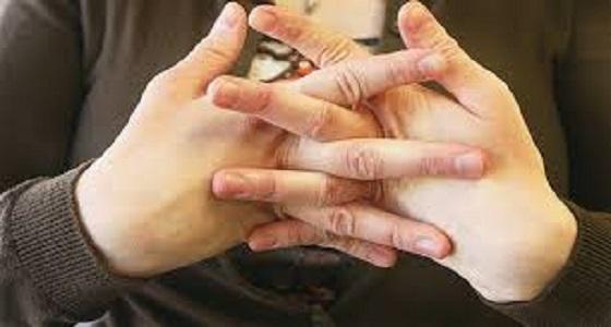"""أطباء يوضحون حقيقة أضرار """" طقطقة الأصابع """""""