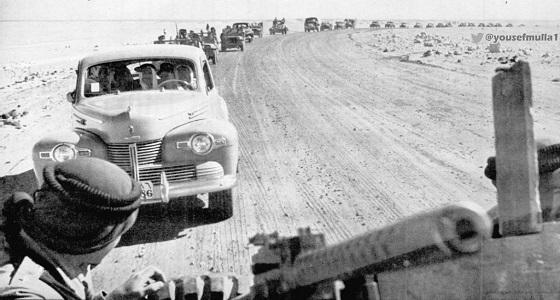 صورة نادرة لموكب الملك عبدالعزيز على طريقه مطار الظهران