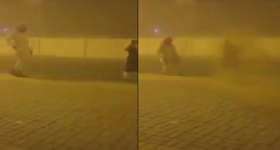 بالفيديو.. شابان ينثران التراب في الهواء لتعليق الدراسة