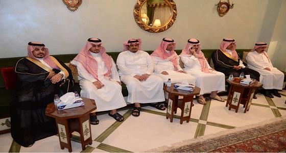 بالصور.. أمير عسير يستقبل المعزين في الأمير بندر بن خالد بن عبدالعزيز