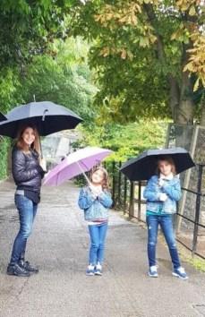 """نانسي عجرم وبناتها يتنزهن تحت """" المظلات """""""