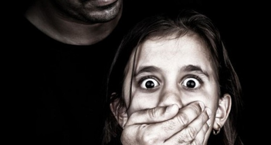 ضبط معلم هتك عرض طفلة وتحرش بأخريات
