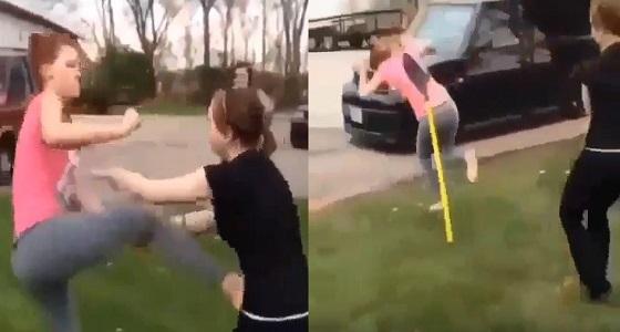 بالفيديو.. مشاجرة عنيفة بين فتاتين