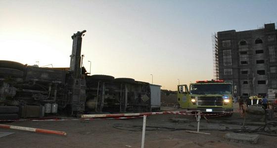 """بالصور.. """" مدني جدة """" يباشر سقوط رافعة لبناية بجدة"""