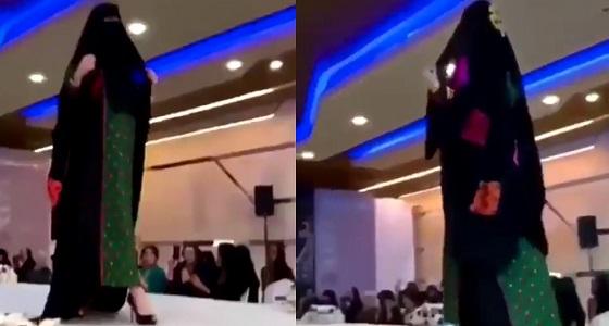 بالفيديو.. شابة سعودية تشتهر بعد دخولها عالم الموضة بالنقاب