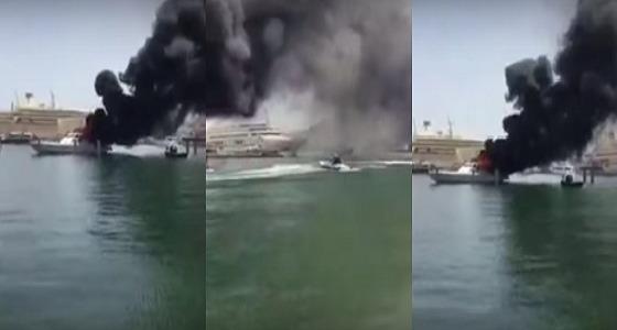 بالفيديو.. اندلاع حريق ضخم في زورق لخفر السواحل بميناء السلطان قابوس