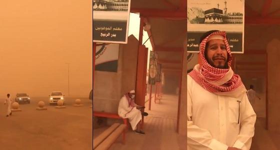 بالفيديو.. قائد مدرسة يقف أمام بوابتها رغم الرياح الشديدة