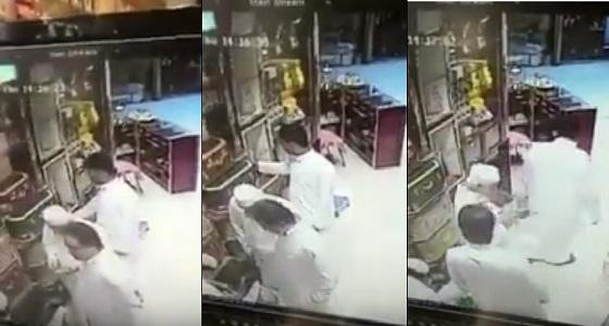 بالفيديو .. مجهولون يسرقون قارورة دهن من أحد المحال التجارية بالرياض