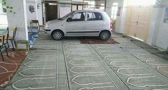 بالصور.. رجل يثير غضب المتابعين بركن سيارته داخل مسجد