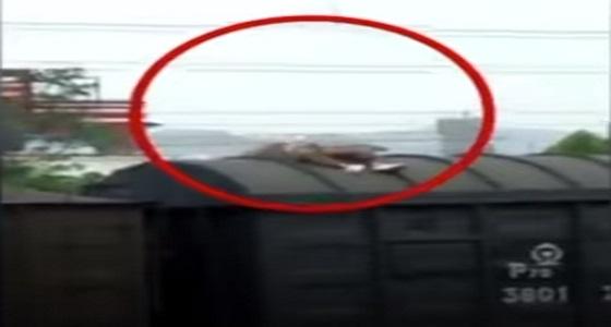 بالفيديو.. شاب صعد على سطح قطار ليلتقط صورة فصعق بسلك كهربائي