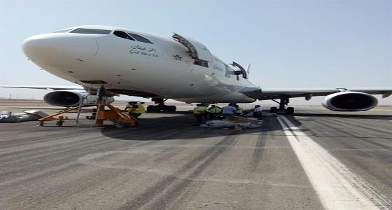 بالصور.. طاقم فني وهندسي لنقل الطائرة التي هبطت اضطراريا بمطار جدة