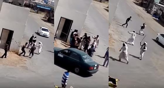 بالفيديو.. عراك بالأيدي والعصي بين رعاة سودانيين وعمالة بنغالية بالرياض